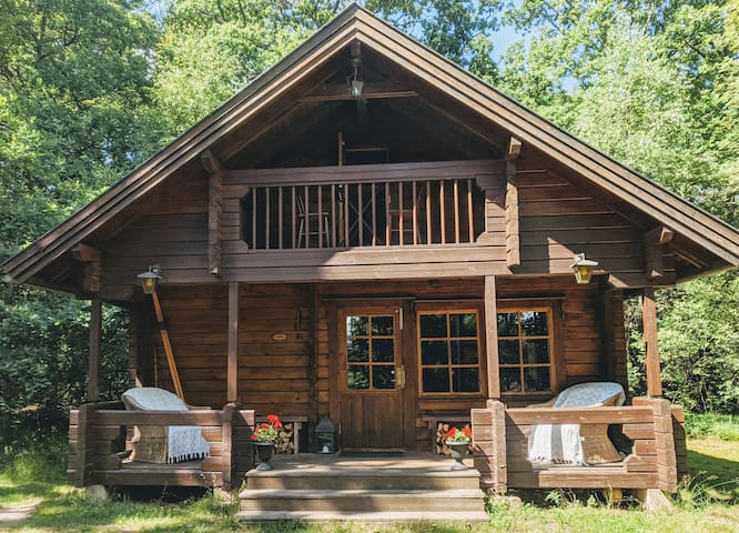 Cozy cabin in the woods with sauna close to lake!