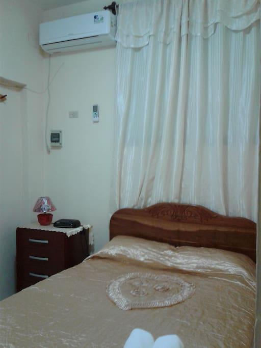 Primera habitacion con cama camera .