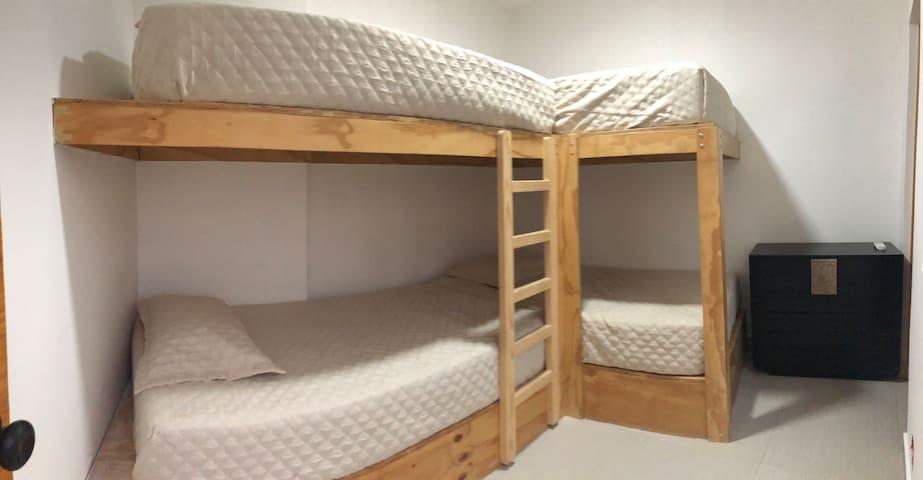 Dormitorio 3 cuenta con aire acondicionado portátil, baño privado y 4 camas de 1 1/2 plaza