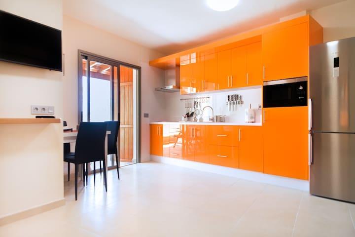 Vista de la sala cocina con la puerta de salida a la terraza