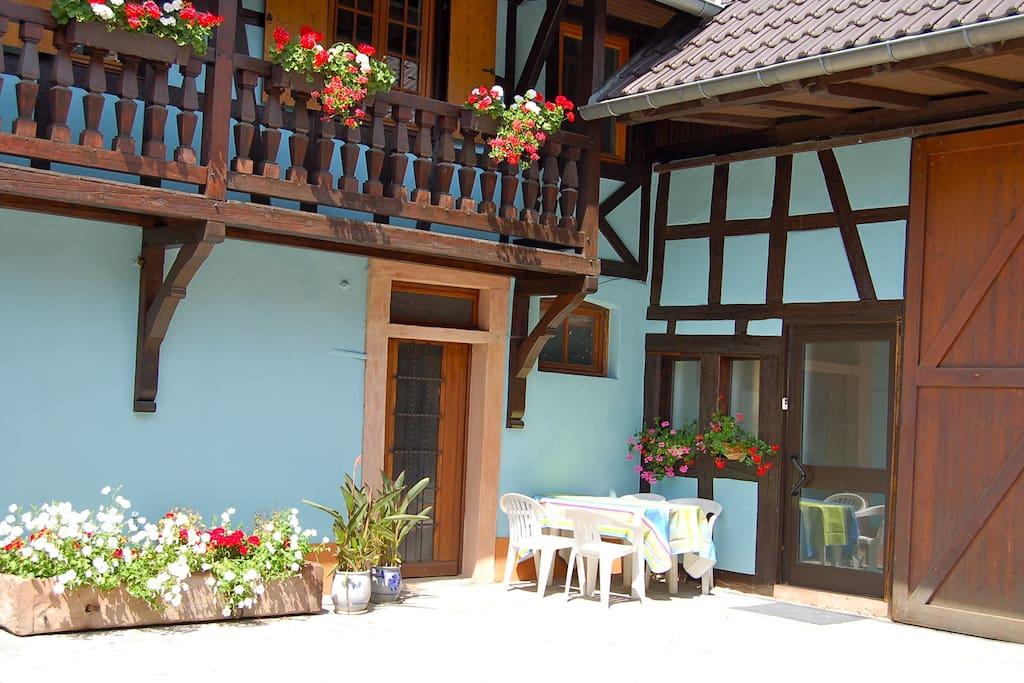 un salon de jardin, à côté de l'entrée du gite