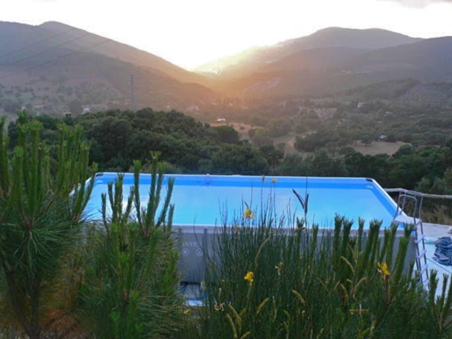Pool mit Sicht auf San Vincenzo