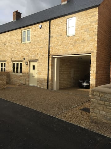 Cotswold-style 3 bed house ideal for Silverstone!