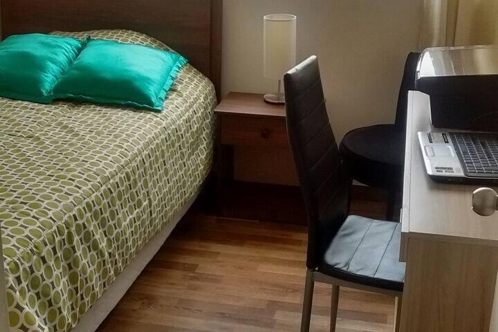 Habitación del huésped con escritorio.