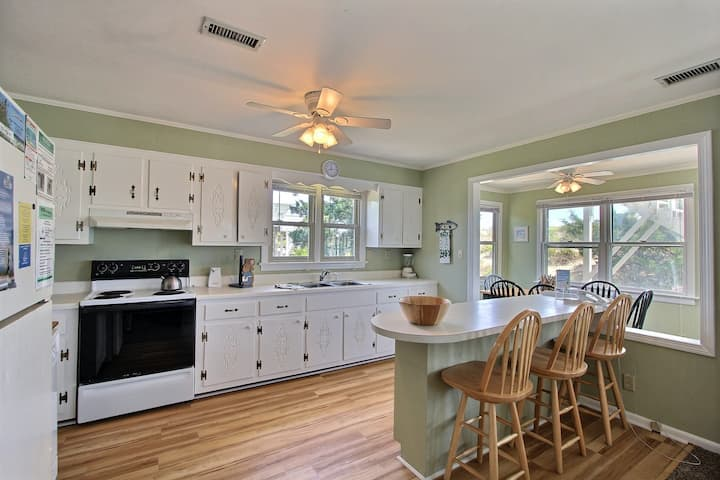 Oceanfront, dog-friendly 3 bedroom house w/ ocean view, private W/D, AC, WiFi