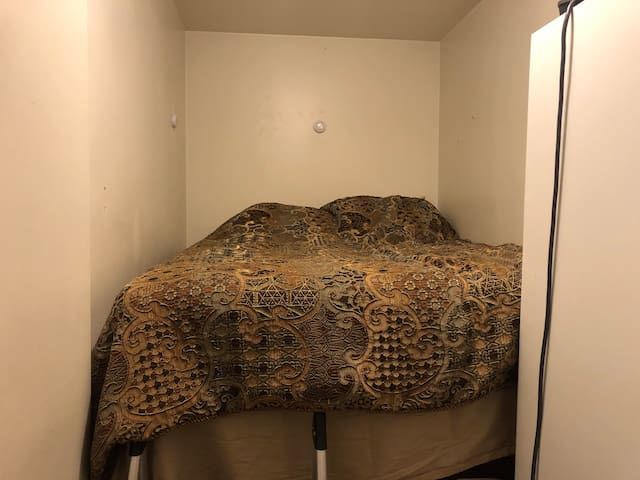 Small but cozy room near Park and Subway