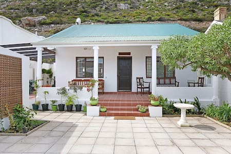 Heritage Cape Town beach cottage - เคปทาวน์
