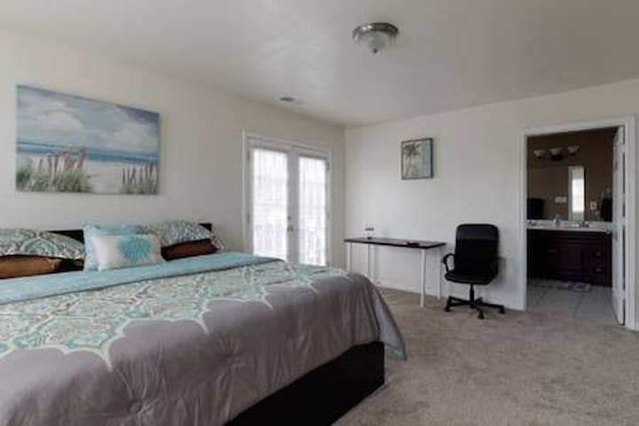 Cozy Master Room + Jacuzzi, cable TV, free parking