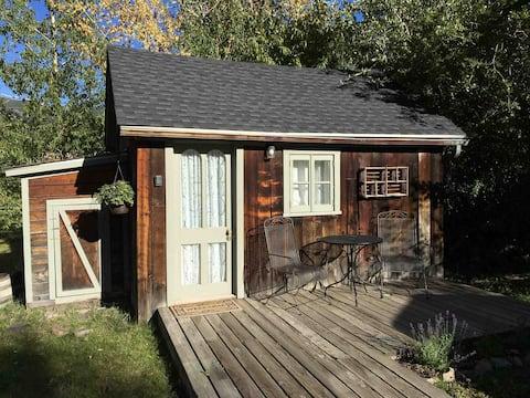 Comfortable 'Tiny' Mountain Cabin