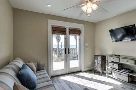 Adorable Gulf front cottage w/ shared hot tub - walk straight to the beach!