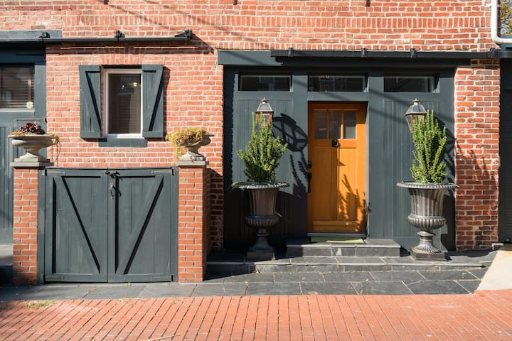 Huge, Historic 1916 Carriage House (2,400sf!)