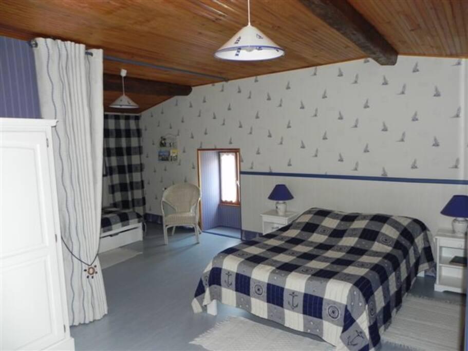 Chambre 1 lit double et 1 lit simple (possibilité 2 lits simples) 1er étage