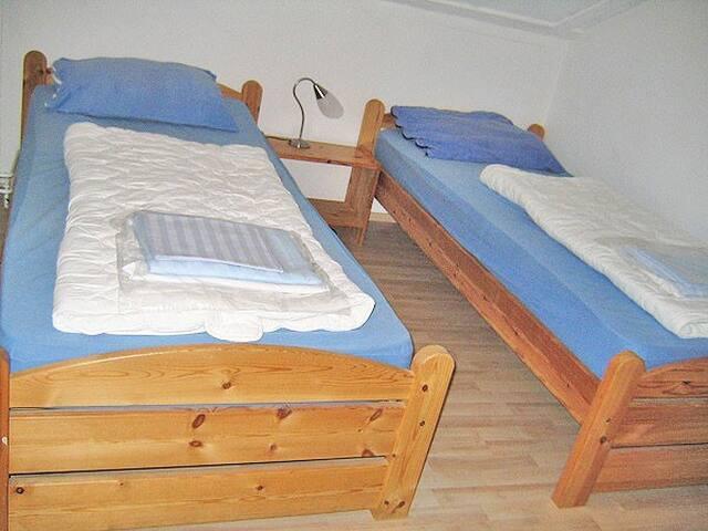 Schlafraum mit 2 Einzelbetten oben
