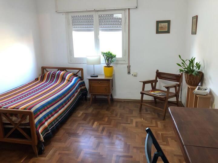 Habitación privada en casa con jardín en B° Cofico