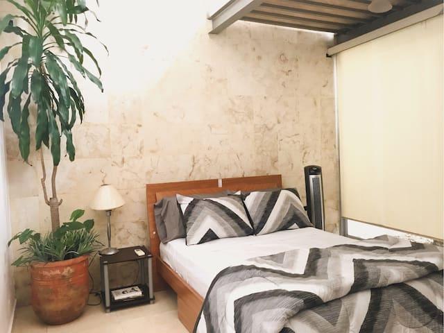 Cómoda Habitación con Doble Altura