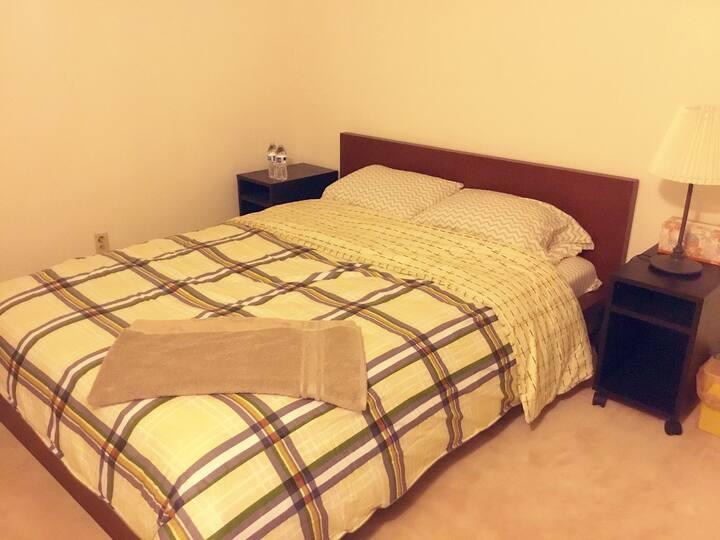 No.2Queen size clean room干净的标准大床房,房间内有风扇,室内有中央空调