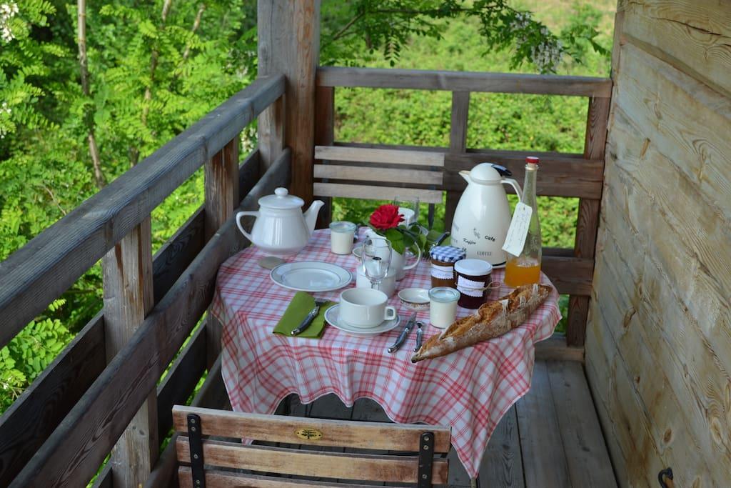 possibilité de petit déjeuner sur le balcon de la cabane perchée du logis de la Chouanniere