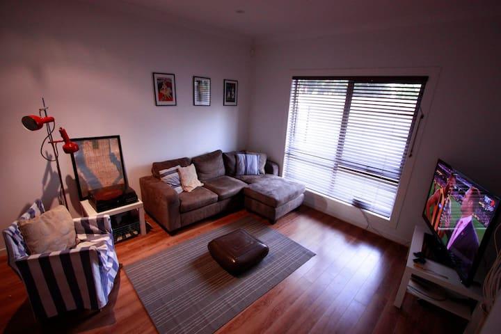 Funky Queen Room Minutes From City - Norwood - Şehir evi
