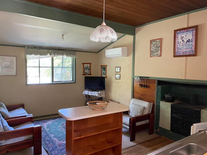 Delatite Historic Cottage -Fernleigh Accommodation