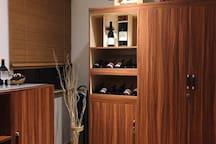 小小的红酒室里全是意大利原装进口的红酒,三两知已开一到红酒,尽情享受生活吧