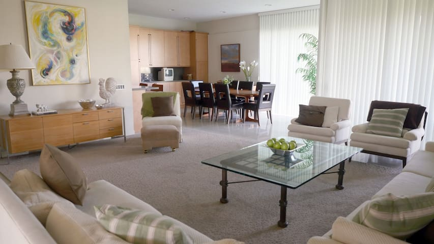 Ideally Situated Mid Century Condo in 7 Lakes