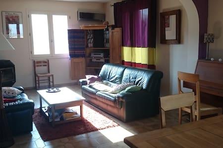 Grande chambre, joli village perché, 5 mn Crest. - Chabrillan - 獨棟