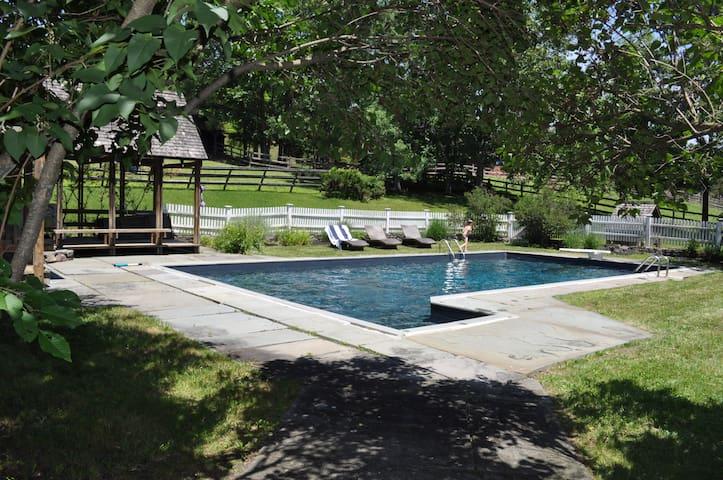 renovated farm house on 35 acres - Accord - Ev