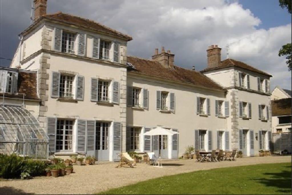 La maison est située au centre du village, et donne intégralement sur le jardin
