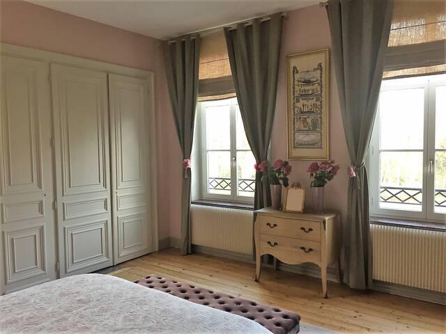 Chambre 3 du Château, 1er étage, 3 grandes fenêtres avec vue sur le parc, lit de 180x200.