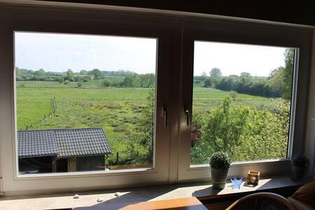 Wunderschöner Ausblick auf Felder und Wiesen