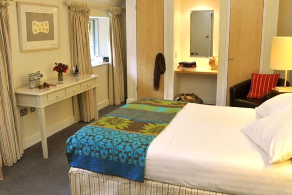 Kingsize bed in main room