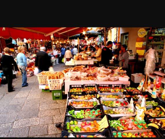 Il Mercato di Ballarò dista 5 minuti a piedi