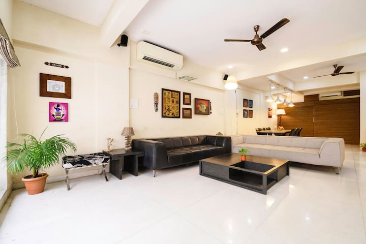 Private room in a luxurious bungalow - Lokhandwala