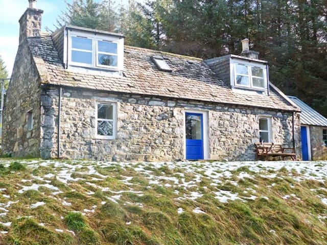 MYRTLE COTTAGE, pet friendly, with open fire in Tomintoul, Ref 21704