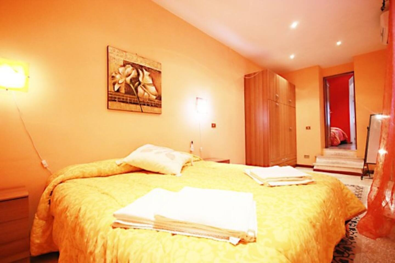 Camera da letto  matrimoniane arancio con accesso al terrazzo