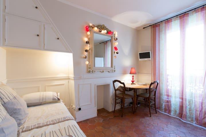 Montmartre Moulin Rouge Constance