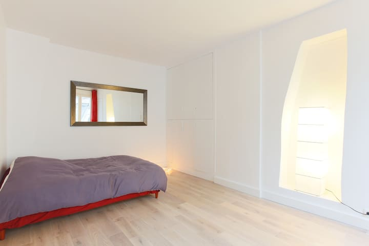 Bedroom : on the left a comfy double bed for 2 persons (140cm × 190cm or 54in × 75in). In front of it, the hidden closet with cable TV inside.