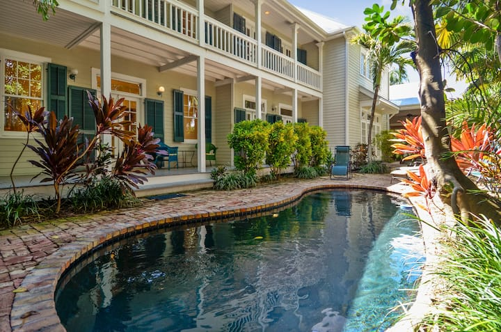 EASY LIVING Magnificent Private Home, Private Pool, Outdoor Dining, BBQ