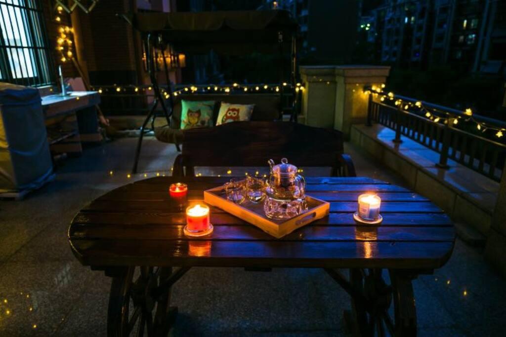 灯光、蜡烛、秋千、桌椅,亲朋好友喝茶乘凉、谈天说地