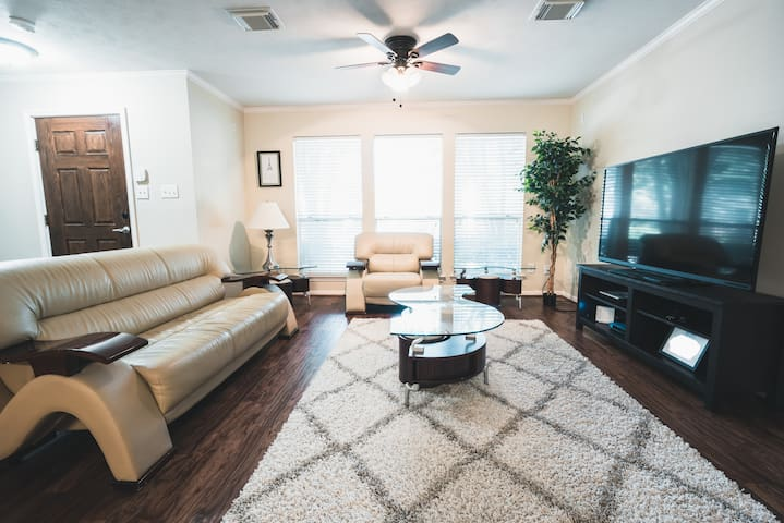 Cozy 2 Bedroom Townhome In Heart Of Midtown Townhouses For Rent In Houston Texas United States