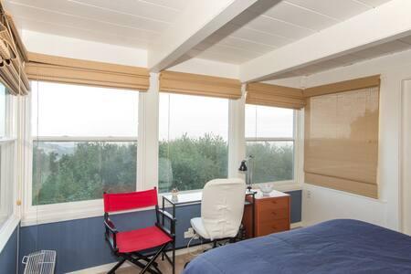 Views Galore-just like a treehouse - Maison