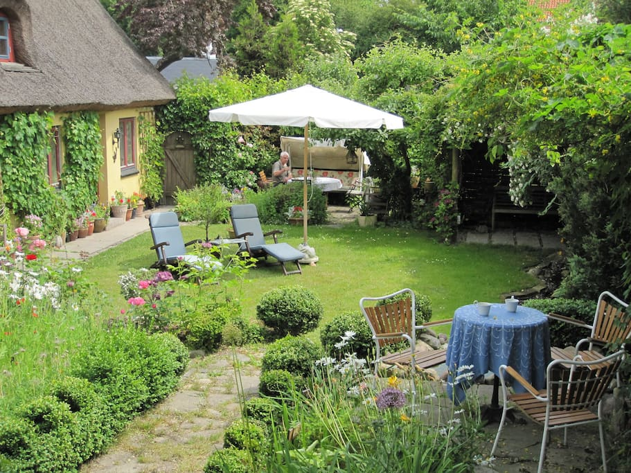 The BB-House - The garden with several sitting areas for you to use during your stay.