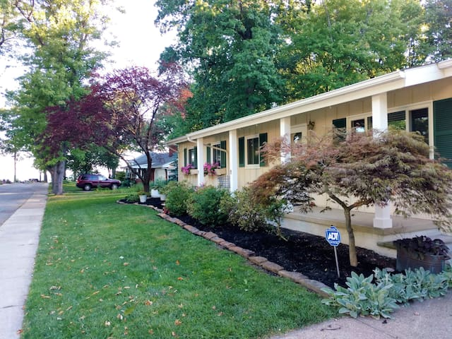 Private beach! 3BR 2BA Safe & Sparkling Clean! - Avon Lake