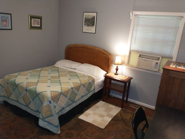 Great Raleigh Location, Quite, Clean private room