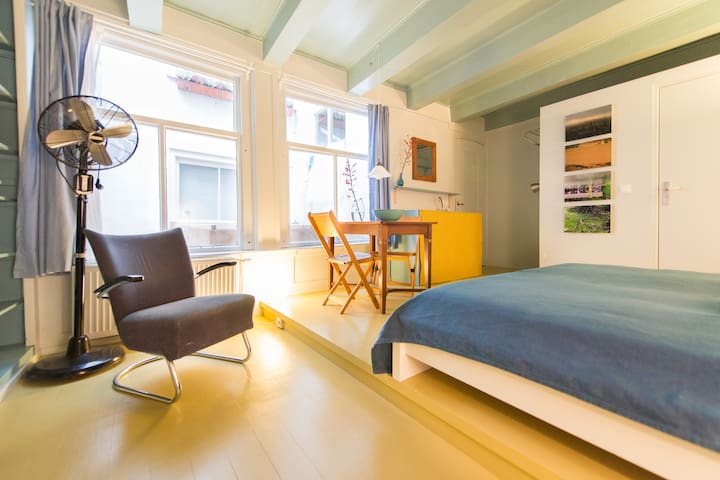 Stylish studio in canal house  - Amsterdã - Pousada