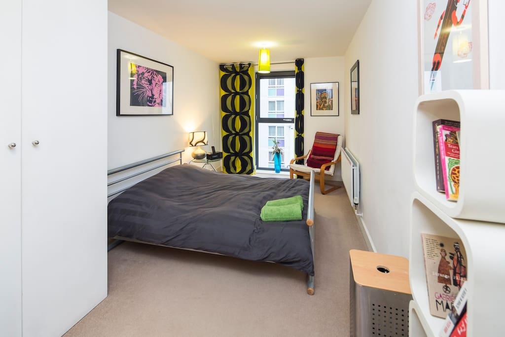 En-suite room in modern 2 bed flat