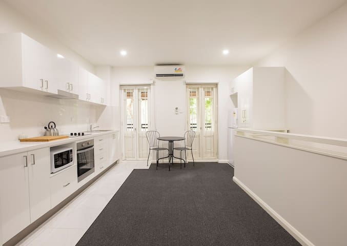 Boutique terrace apartment & courtyard balcony - Darlinghurst