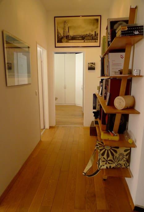 Gang in Richtung Gästezimmer und Zimmer / Couloir vers la chambre d'amis et la chambre à coucher