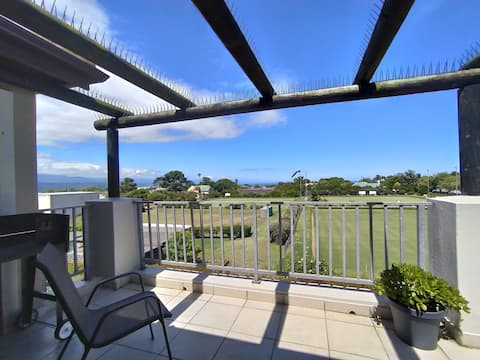Chantelle's Spacious Apartment | Views + Balcony + Braai | Estate Pool | WIFI