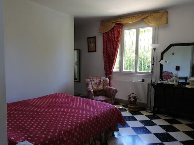 Une  pièce spacieuse et lumineuse